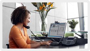 Donna che fa una chiamata Skype dal telefono fisso